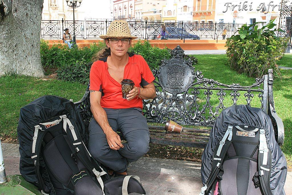 Z plecakami na Plaza Principal