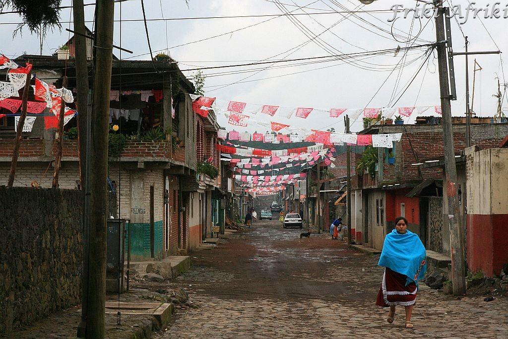 tradycyjnie ubrana Indianka Purepecha na ulicy w Angahuan