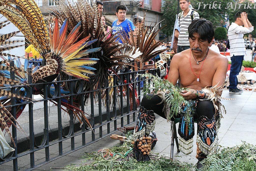 Przygotowywanie ziół do rytuału oczyszczenia, Meksyk