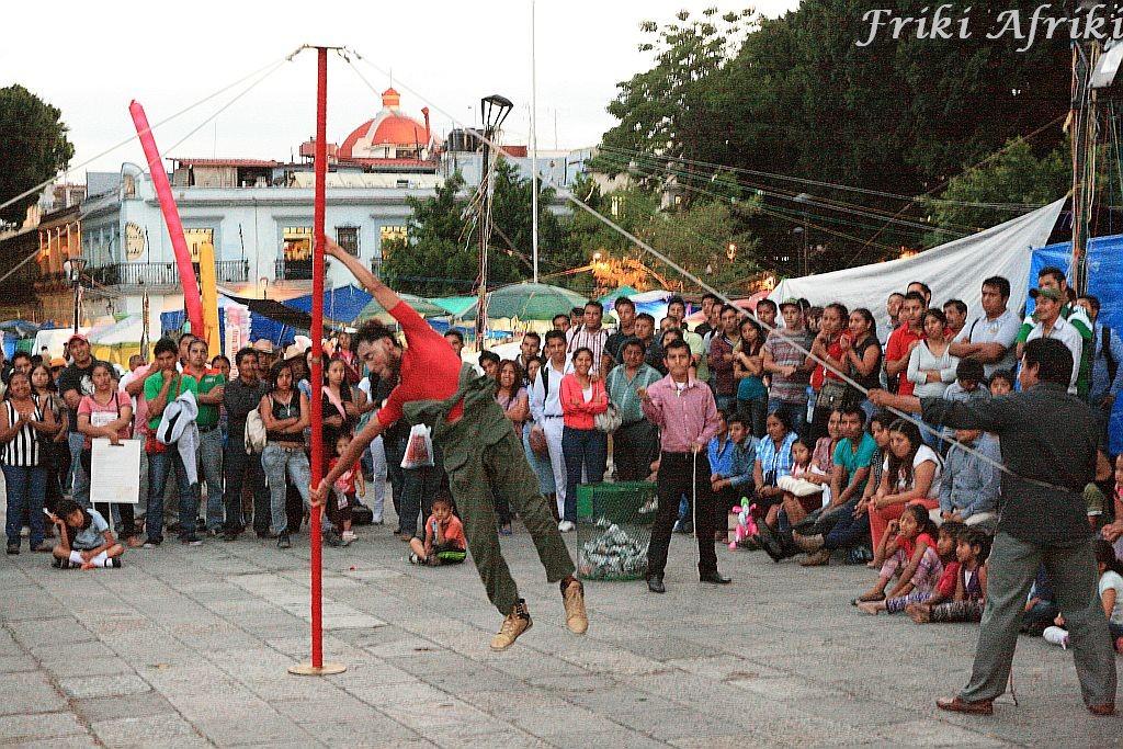Występy akrobatów i clownów, Oaxaca
