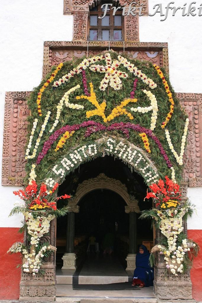 Angahuan, Meksyk - dekoracje z kwiatow przy wejściu do kościoła