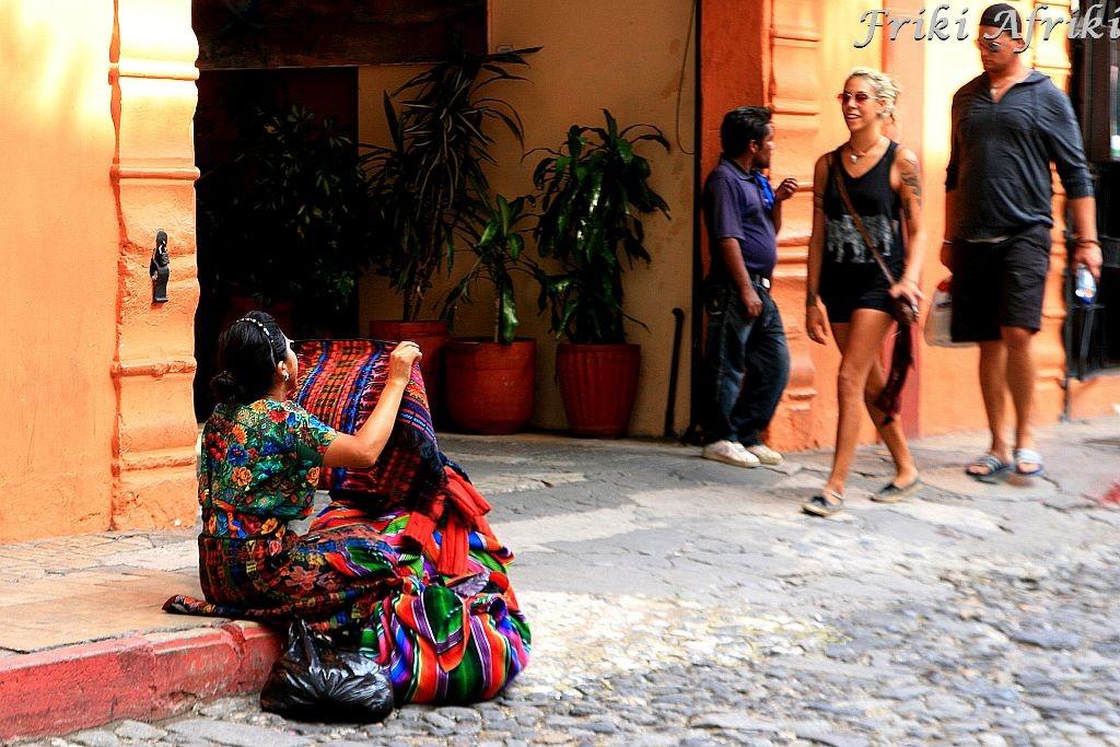 Uliczna handlarka, Antigua, Gwatemala