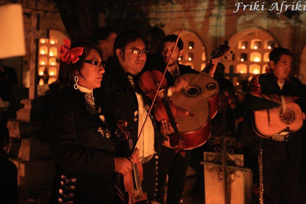 Mariachi grają przy grobie, rodzina biesiaduje