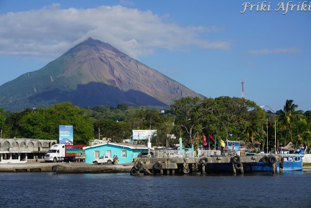 Wulkan Concepcion i port w Mayogalpie